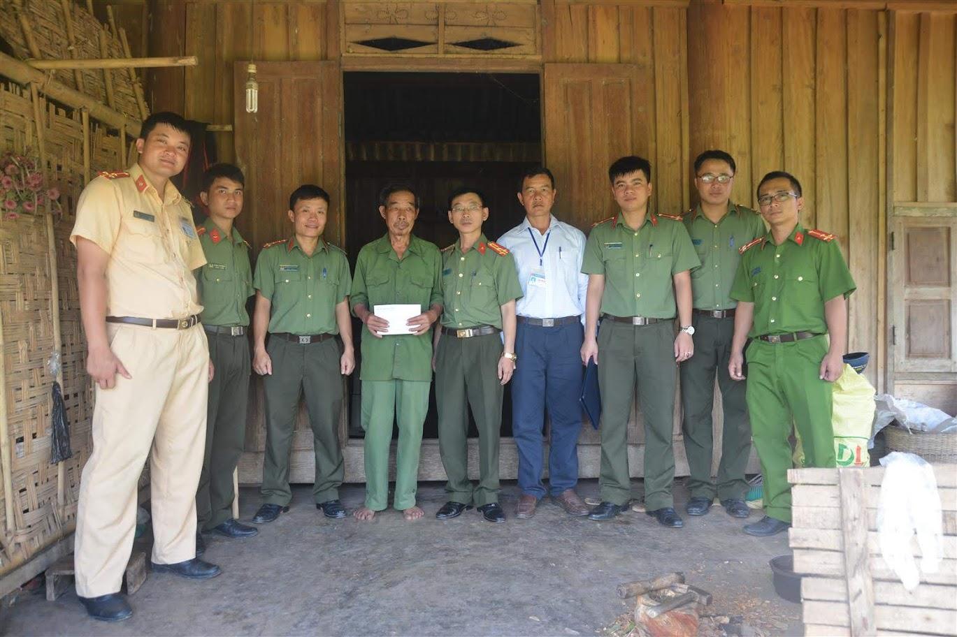 Tặng quà cho thương binh Lương Quốc Dân, 72 tuổi, tại bản Mướng Mừn.