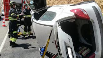 Imagen del vehículo accidentado el pasado viernes en la misma carretera.