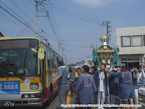 Photo: 【平成16年(2004) 本宮】 途中、路線バスに道を譲る。