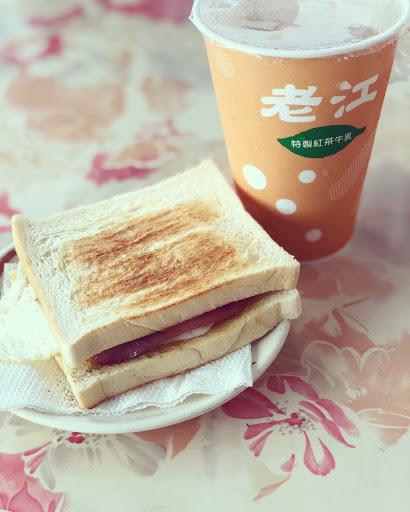 古早味的火腿蛋吐司♥️♥️♥️ 鹹甜火腿&半熟蛋搭配奶香微酥的吐司 絕配🤤🤤🤤🤤  紅茶牛奶 味道濃郁~還不錯哦♥️