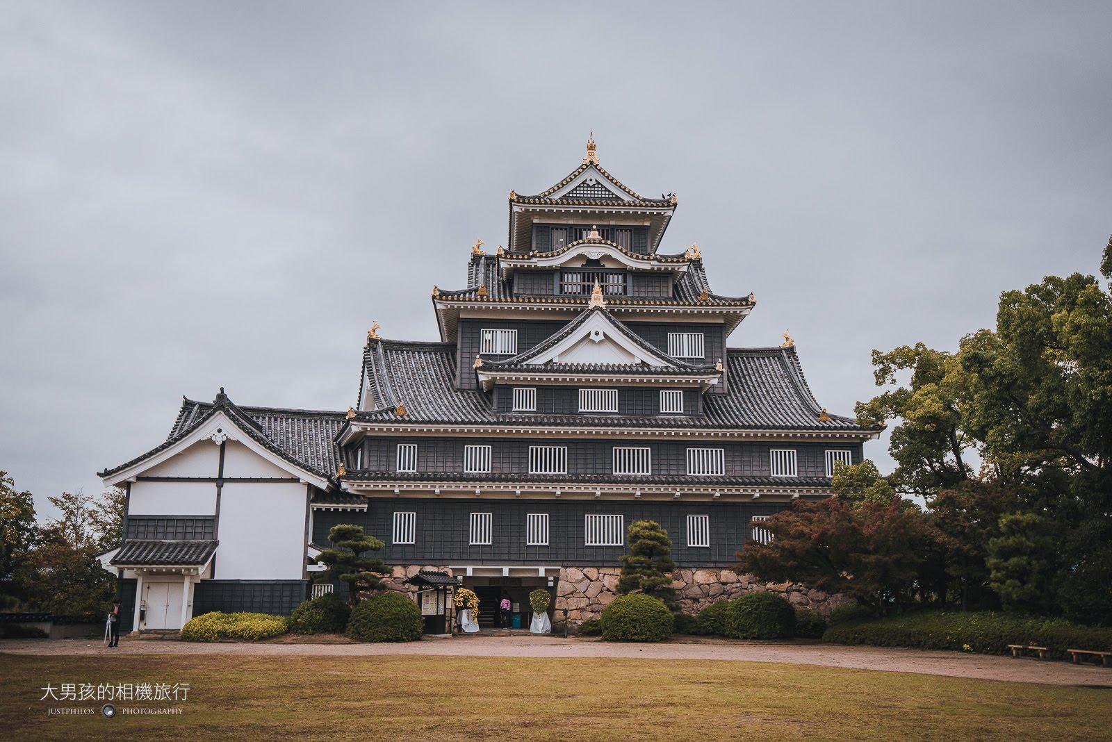岡山城天守閣正前方有一片大空地,可看到完整的天守閣樣貌。
