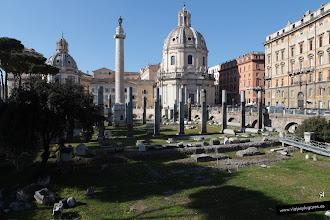 Photo: 9: La Basílica Ulpia, lo poco que queda después de los saqueos del mármol para las iglesias y por haber existido un barrio en la edad media. Detrás la Columna de Trajano y detrás de ella, estaría el Templo dedicado a dicho emperador.