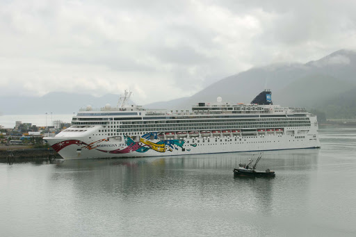 norwegian-jewel-in-Auke-Bay-Harbor.jpg - Norwegian Jewel docked in Auke Bay Harbor, Juneau, Alaska.