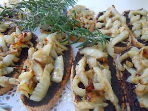 Photo: Bruschetta tapenade, fenouil confit