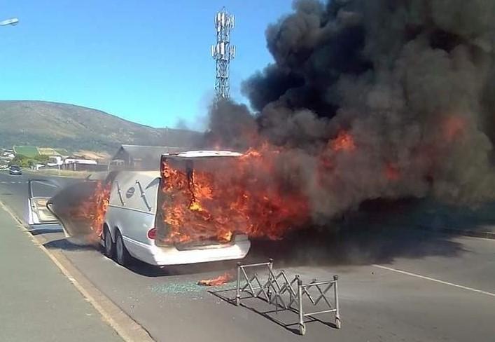 Le corbillard qui a pris feu à Paarl, au Cap-Occidental, le 5 décembre 2020.