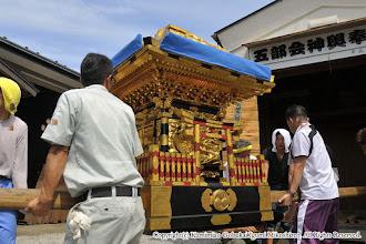 Photo: 【平成27年(2015) 宵々宮】 神輿奉安殿より引き出される神輿。本年は本宮翌日に大改修のため神輿を修理業者に搬出するため、奉安殿は1年ほど主が不在となる。