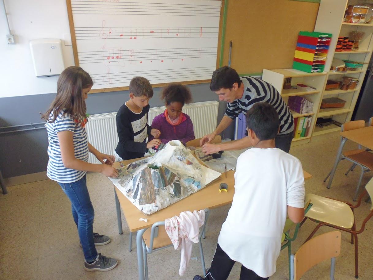 Alumnes seguint instruccions en l'elaboració de la maqueta.
