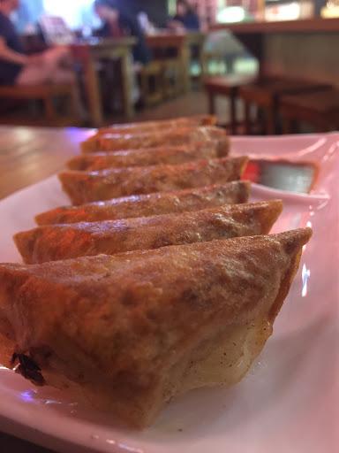 煎餃皮薄(類似餛飩皮) 很脆口,雖然內餡不像台式水餃扎實 它只有薄薄一層 但味道不錯