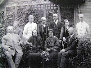Photo: Iš kairės stovi: Šleinius Leonas (sūnus), Etzold'as Osvaldas, Beniušytė Monika (?), Etzold'as Adolfas, Šleiniūtė-Balsienė Aleksandra, Konstantinas Šeputa (Aleksandravo pagr. m-klos mokytojas). Sėdi iš kairės: Šleinius Leonas, Šleinienė-Etzoldaitė Emilija, nežinoma, nežinomas. Nuotrauka ~1912 m. iš L.Šleiniaus anūko Prano Balsio asmeninio archyvo.