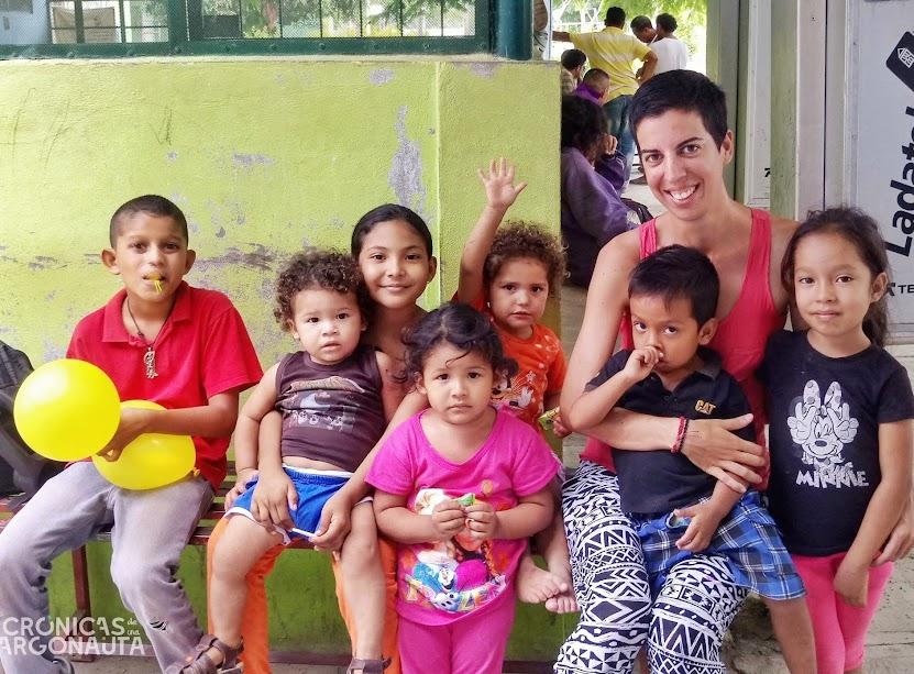 niños del albergue para migrantes