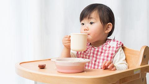 Memperkenalkan Tata Cara Makan pada Si Kecil