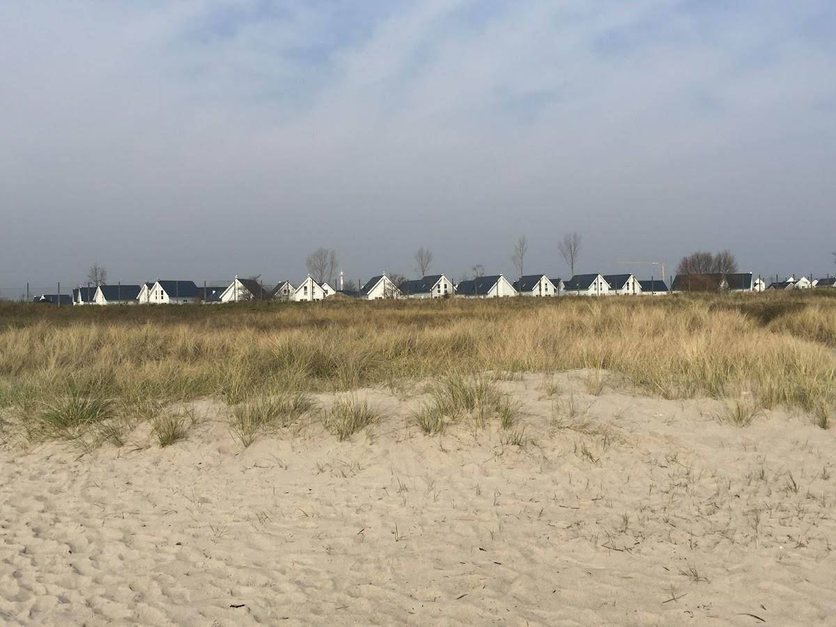 Blick vom Strand auf den Ferienpark