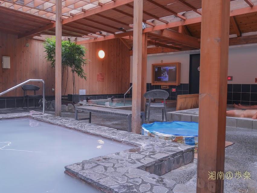 湘南台温泉 らく 半露天風呂とドライサウナが配置された屋上エリア