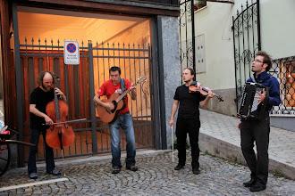 Photo: Žlahtnocvetoče rož'ce etno glasbe z Brencl Bando.  Foto: Manca Čujež/Sanje