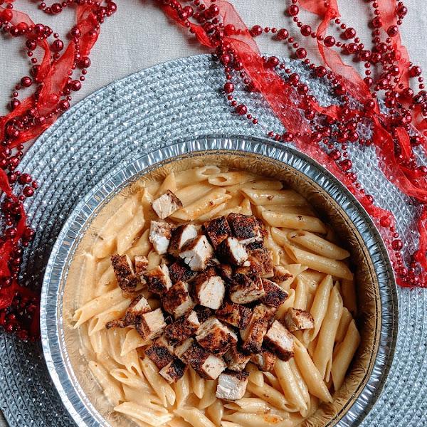 Gluten free macaroni and cheese with blackened chicken