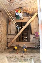 Photo: Presné nameranie a trám bude skrátený na presnú dĺžku pre osadenie do pôvodných káps - dier v múre.