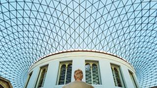 imagen de un hombre por fuera de un museo