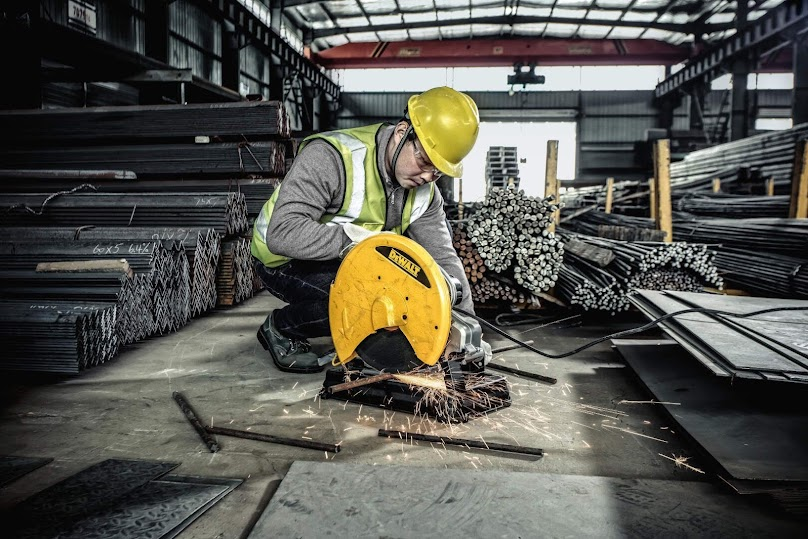 Przecinarka do metalu to urządzenie służące do obróbki materiałów twardych.