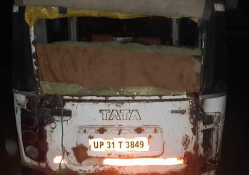 पलिया से रात के अंधेरे में मैजिकों से भरकर ले जाई जा रही बॉर्डर क्षेत्रों में खाद