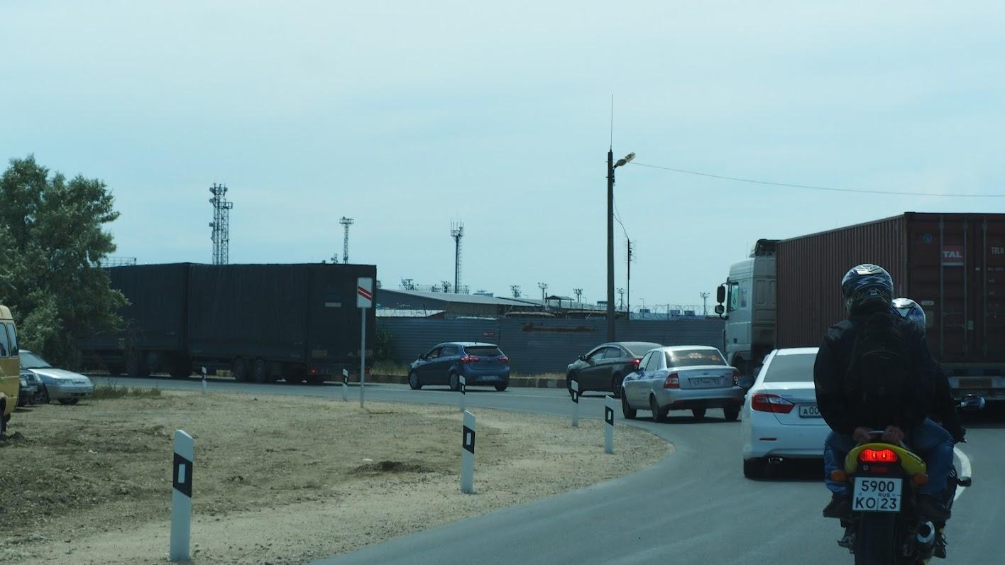 на этом месте сотнями толпились грузовые машины