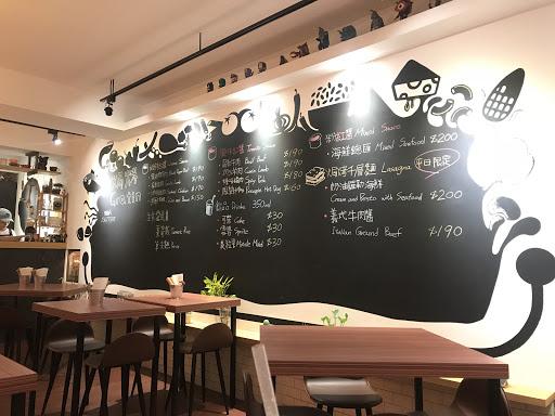 一家專門做焗烤的店,菜色上可能一般,套餐價位不高,服務態度不錯。