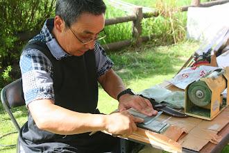 Photo: うんがいい!とぎ屋さん 流山市の円東寺さんで「仏像ホリホリ」の先生をしている仏師さんです。
