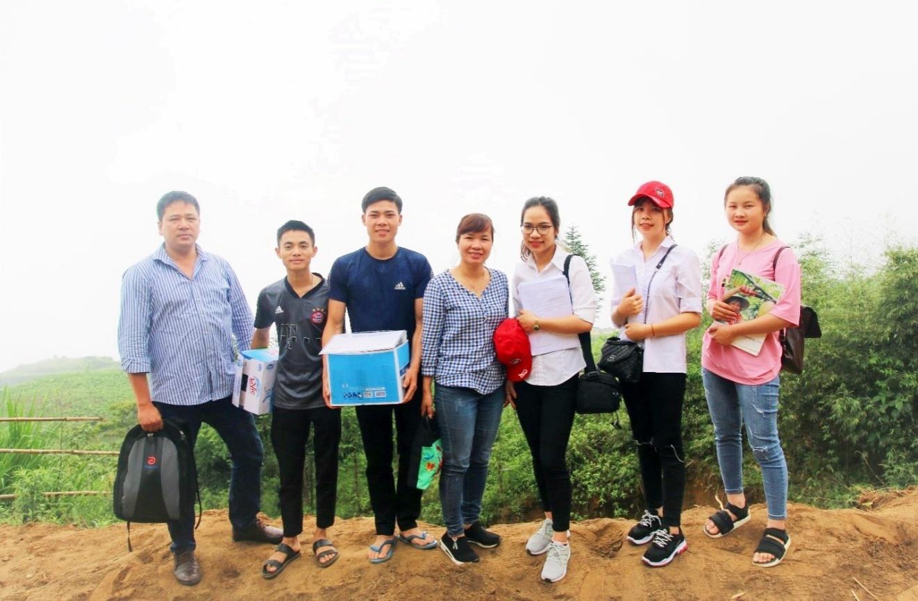 """Nhóm cán bộ giảng viên và sinh viên Phân hiệu Đại học Thái Nguyên tham gia cùng tổ chức Helvetas tại dự án """"Nâng cao quyền năng kinh tế cho phụ nữ vùng cao tại tỉnh Lào Cai"""""""