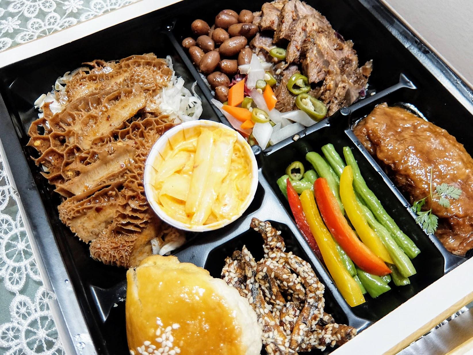 五香滷牛腱&川辣拌牛肚雙主餐啊! 有牛腱和牛肚,旁邊還有腐皮卷和叉燒酥