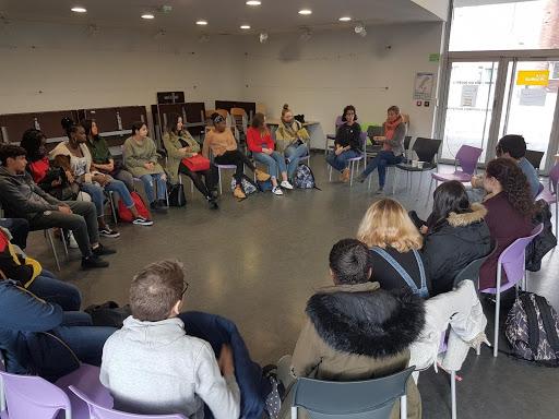 Des élèves de 4ème du collège Claude Lévi-Strauss à Lille écoutent le témoignage Blandine Mulliez, Présidente de la Fondation Entreprendre