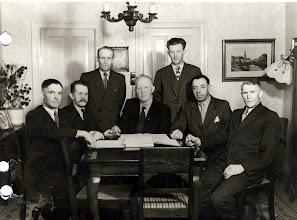 Photo: Brugsens bestyrelse fmd. H. Villumsen, Peter Giversen,Laurids Nyman Holger Bay, Majner Jensen, Niels Svendsen Kristian Madsen
