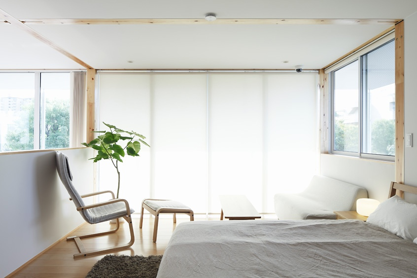 Green plants and expansive windows to embrace the nature | source: home-designing.com