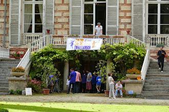 Photo: Visiteurs auprès de l'escalier du Château