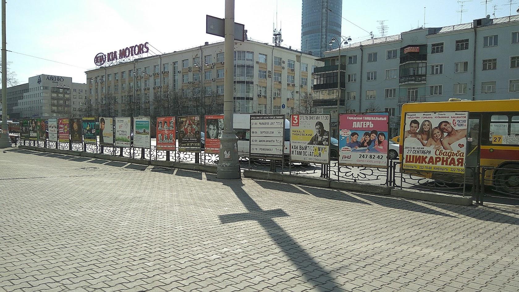 Опять улица Ленина. Сзади за кадром отремонтированное здание Главпочтамта