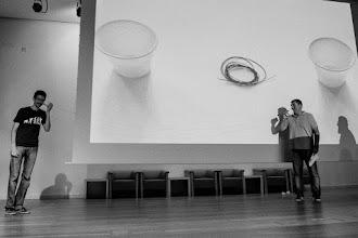 Photo: Miguel, utilizando tecnología wireglass, le comunica a Iñaki que su charla ya ha acabado hace rato y que debe abandonar el escenario.