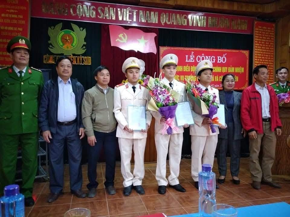 Các đại biểu tặng hoa chúc mừng 3 đồng chí được bố trí đảm nhiệm các chức danh Công an xã Hữu Lập