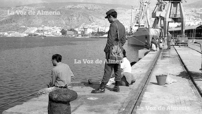 Un día cualquiera en el viejo puerto de Almería, cuando la escollera se llenaba de pescadores y de ojeadores que solo iban a mirar.