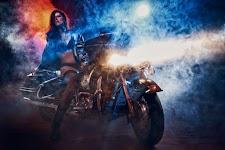 vrouw op motor