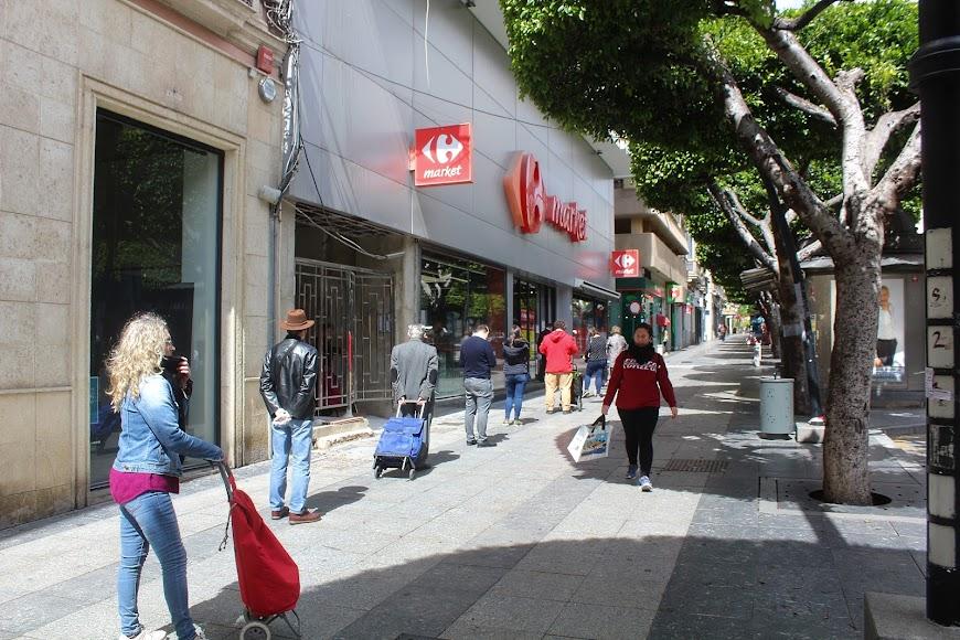 Cola para entrar a Carrefour Market del Paseo de Almería.