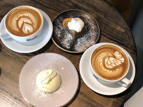 📍捷運南京三民站 ———————#米粒食台北—————— #有插座有wifi #平價咖啡 . 這裡的拿鐵咖啡超大一杯!上面還印著可愛的黑熊🐻logo - 🔸熱拿鐵💲140 🔸生乳酪蛋糕💲1