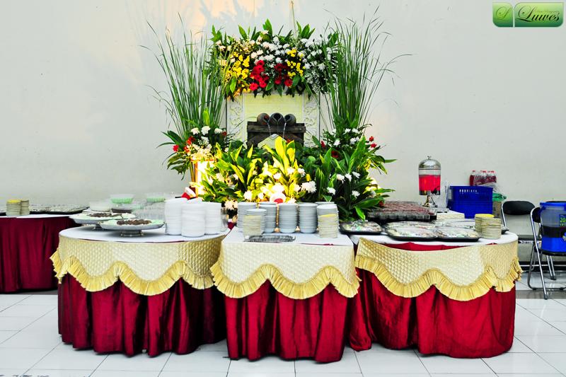 Dekorasi meja untuk menu catering catering