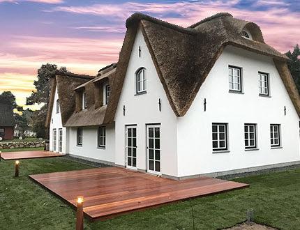 Elegancki biały dom z dachem z trzcinowym