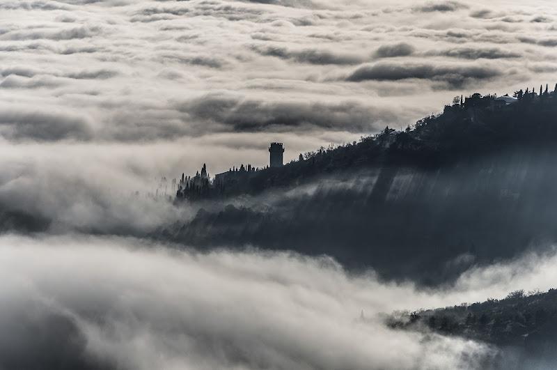 Spunta la torre dal mare di nebbia di andreap