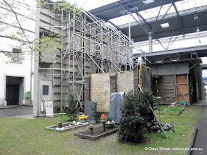 Photo: Noch einmal einige Aussenkulissen, inkl. Friedhof.