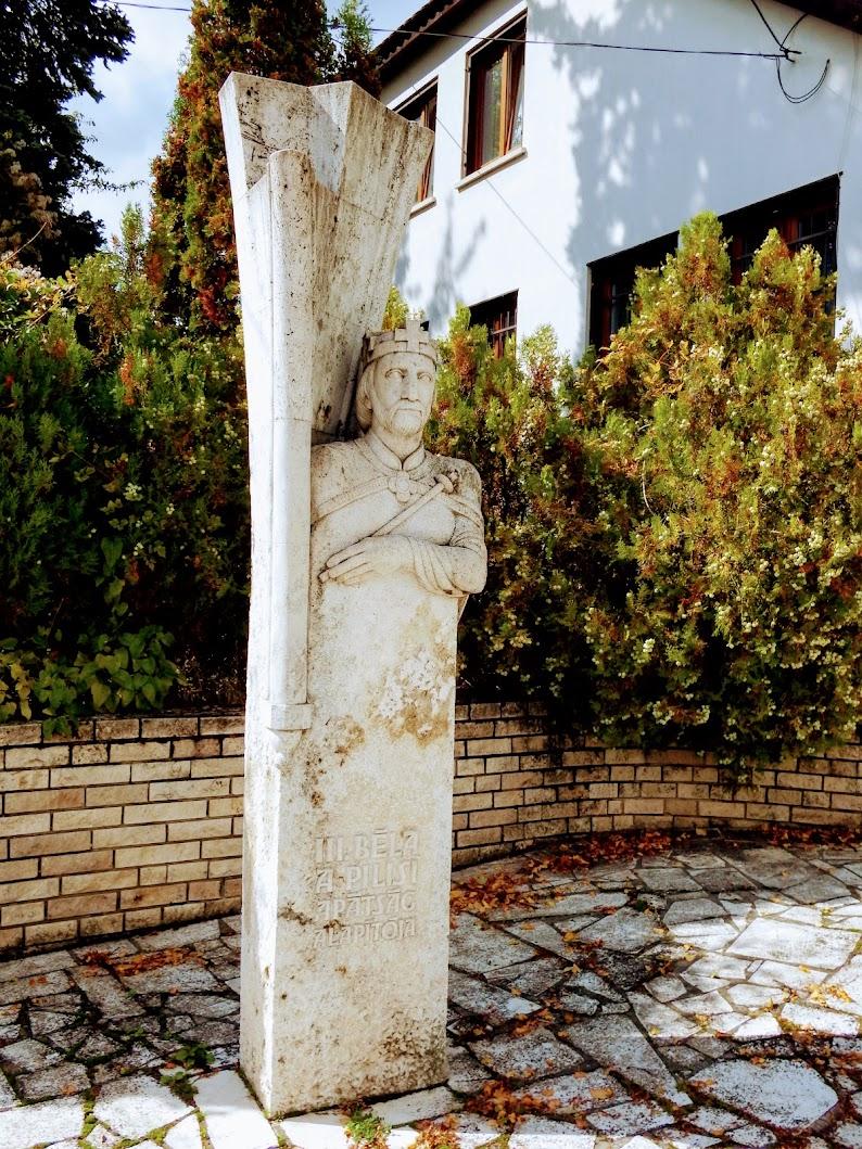 Pilisszentkereszt - III. Béla-szobor a templom mellett