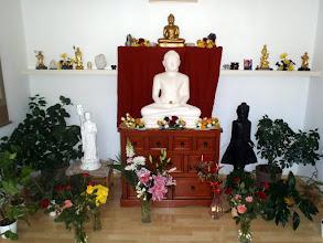 Photo: obětování květin Buddhovi - flower offering