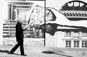 """Photo: L'éponge  """"Nous sommes un peu comme des éponges qui aspirons la vie sans le savoir et qui la rendons ensuite, transformée, sans connaître le travail d'alchimie qui s'est produit en nous."""" (Georges Simenon)  """"We are little as sponges who inhale the life without knowing it and who return it then, transformed, without knowing the work of alchemy which occurred in us.""""  #streeartsunday (+Luís Pedro +Peter Tsai +Mark Seymour) #streetphotography"""