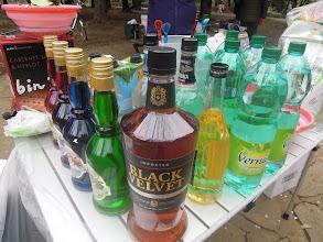 Photo: のんたんの美人バーテンダーがお酒を綺麗に並べて準備万端。