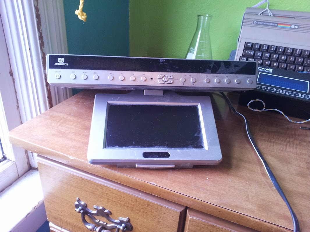 Hack Mod Evans Techie Blog Hacks And Mods Easy To Use Fm Radio Receiver The Patient Is This Audiovox Under Cabinet Television Lets Have A Look Inside