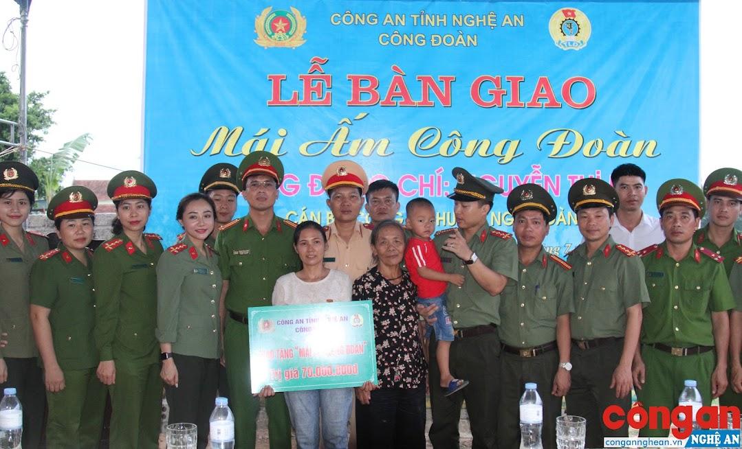 Lễ bàn giao Mái ấm công đoàn cho đồng chí Nguyễn Thị Lê