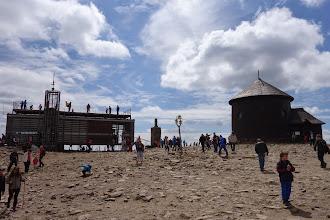 Photo: Vrchol byl jako obvykle přeplněn turisty, vpravo kaple sv. Vavřince